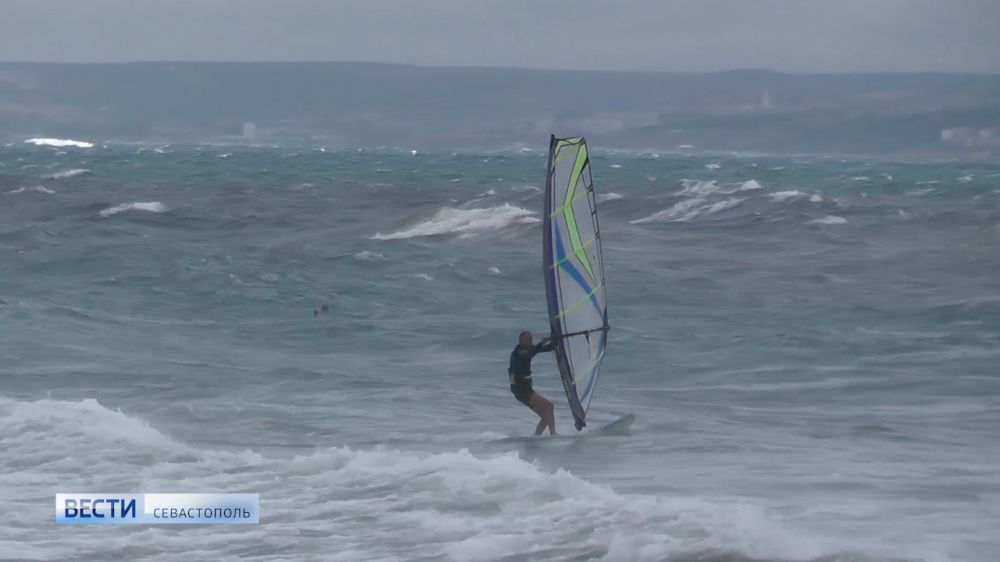 Волны, ветер и виндсерфинг. В Крыму объявлено штормовое предупреждение