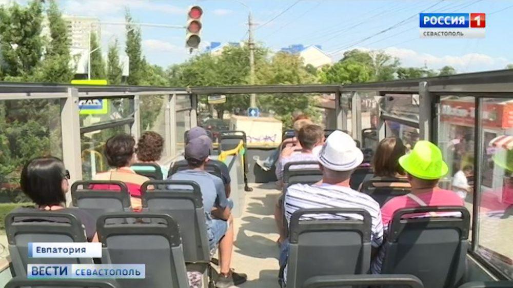Двухэтажный туристический автобус стал визитной карточкой Евпатории