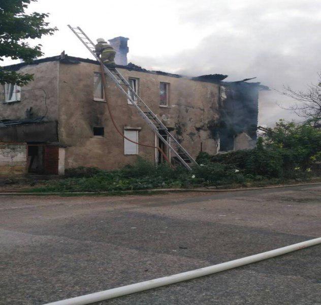 В Севастополе из горящего многоквартирного дома спасатели эвакуировали 16 человек
