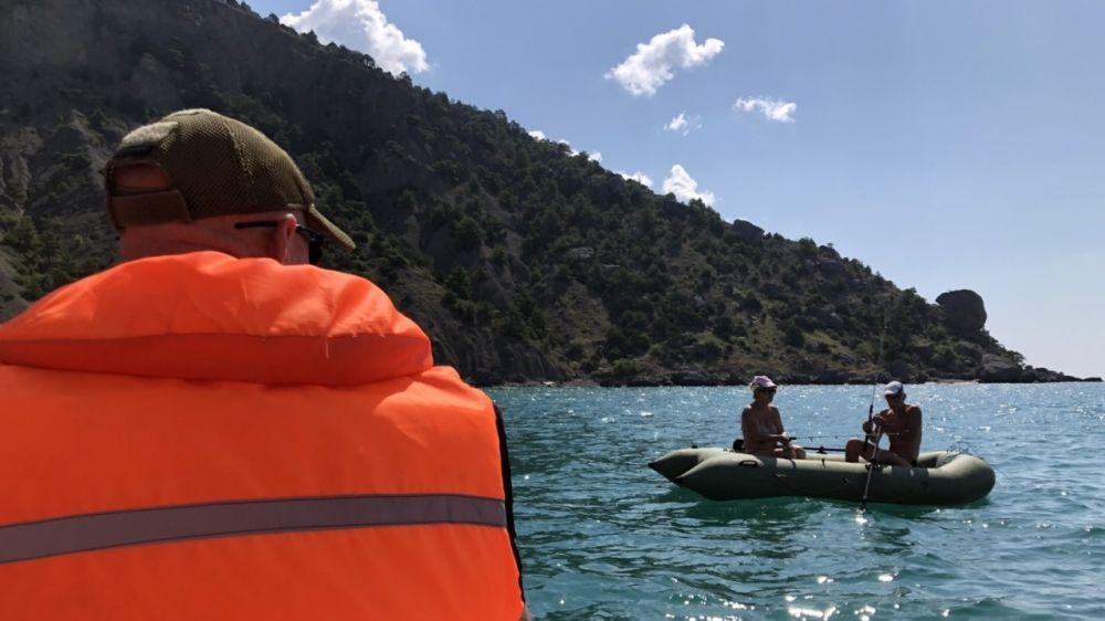 В целях усиления контроля за безопасностью людей на водных объектах сотрудниками «КРЫМ-СПАС» в выходные дни проводятся рейды и патрулирования в местах массового отдыха у воды