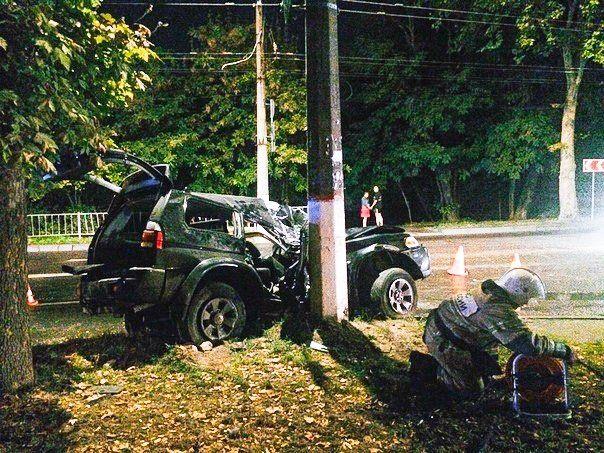 Ночью в Симферополе внедорожник разбился о столб: есть пострадавшие