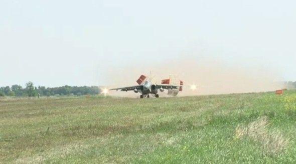 СУ-25 ЮВО сели на грунтовую дорогу рядом с трассой «Дон» и отстрелялись по полигону в Крыму