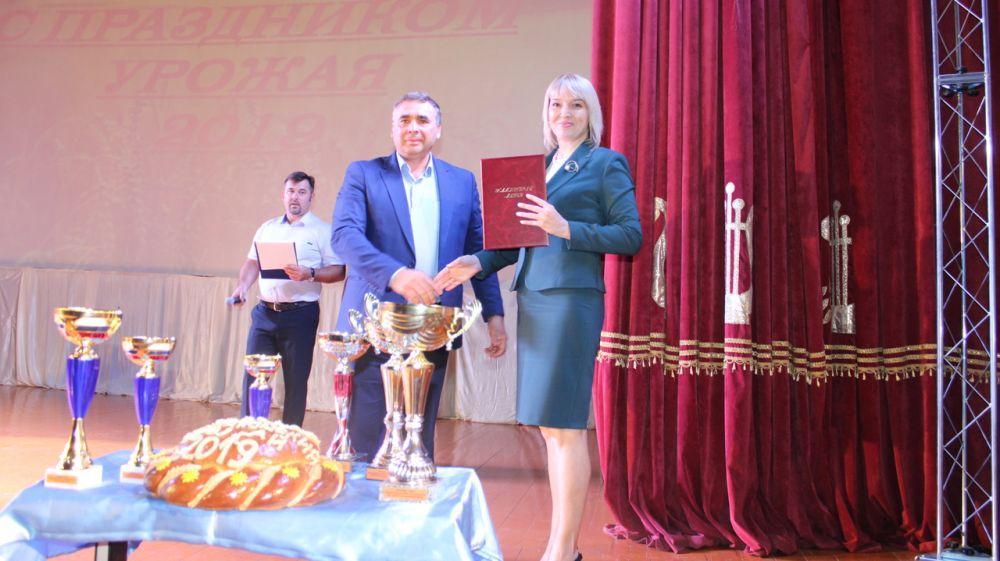 В Джанкойском районном Доме культуры состоялось торжественное мероприятие «Поклон земле родной», посвященное Дню урожая 2019