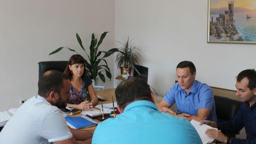 16 августа 2019 года в Администрации Ленинского районапроведено рабочее совещание по вопросу капитального ремонта 39 многоквартирных домов города Щёлкино