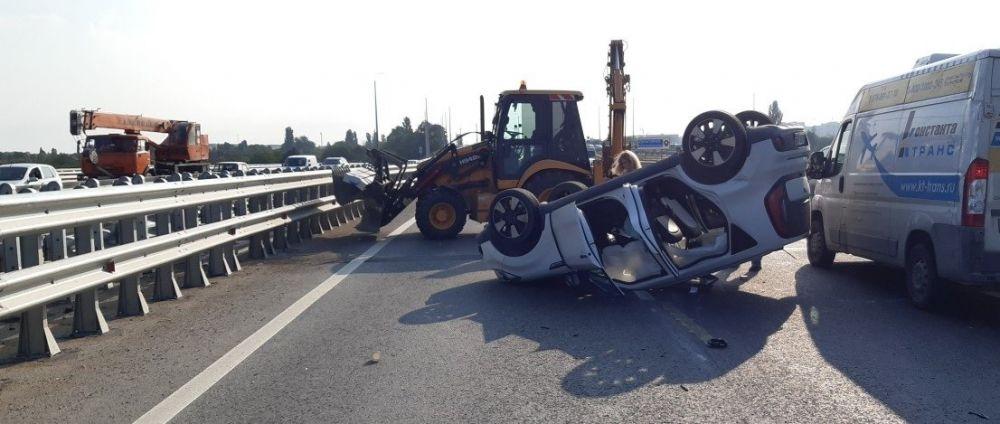 Утром на Евпаторийском мосту в Симферополе перевернулась легковушка