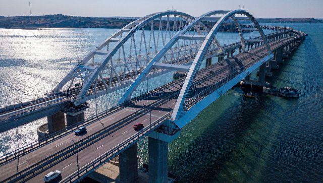 Вандализм или символ любви: Крымский мост облюбовали молодожены