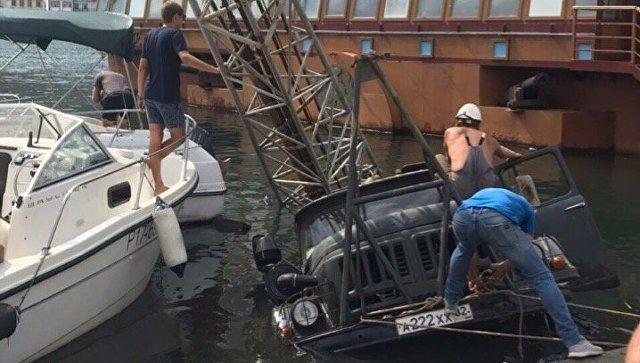 Грузовик упал в море на набережной Балаклавы