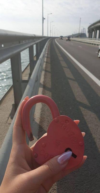 """Влюблённые во время свадебного путешествия повесила замок """"любви"""" на Крымский мост"""