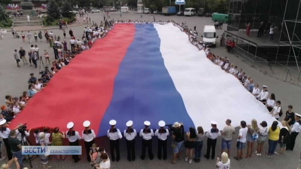 На площади Нахимова севастопольцы развернули гигантский флаг России