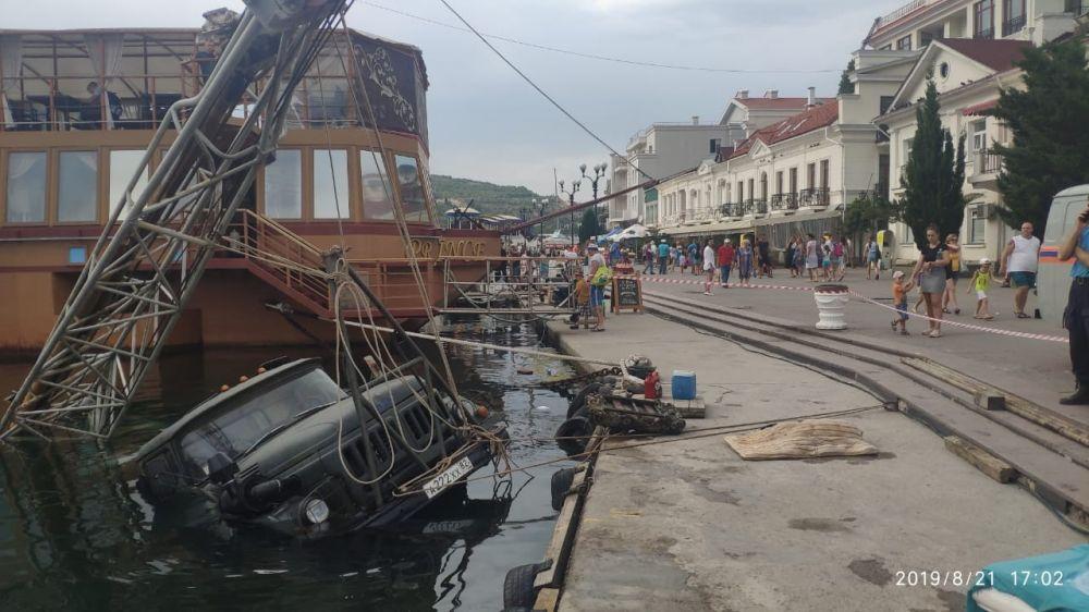 В Балаклаве ЗИЛ с буровой установкой упал в воду