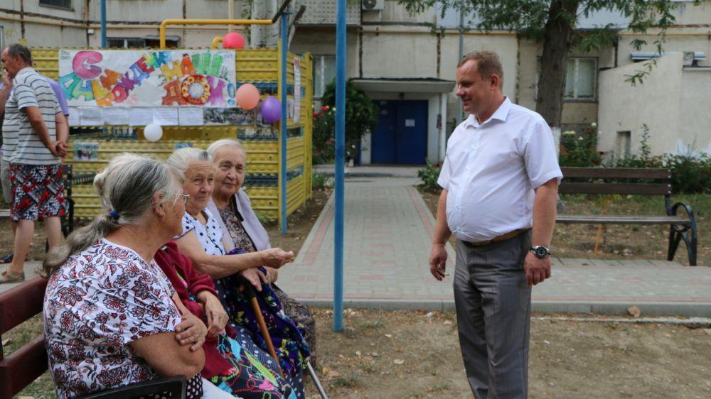 На Карла Маркса, 1 жители собрались на празднование Дня двора