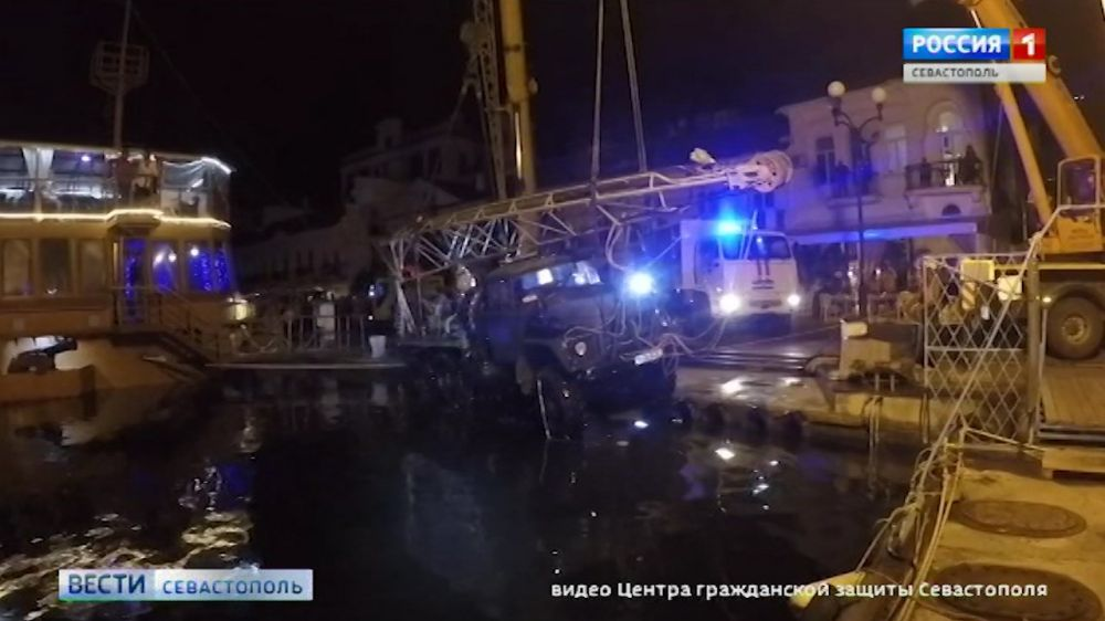 Упавший в море грузовик подняли на берег
