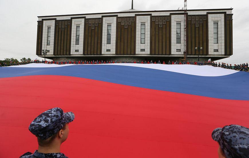 Трехцветное полотнище площадью в 1 тыс. кв. м развернули в Москве в День флага России