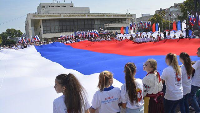 Симферополь отмечает День российского триколора: фотофакт