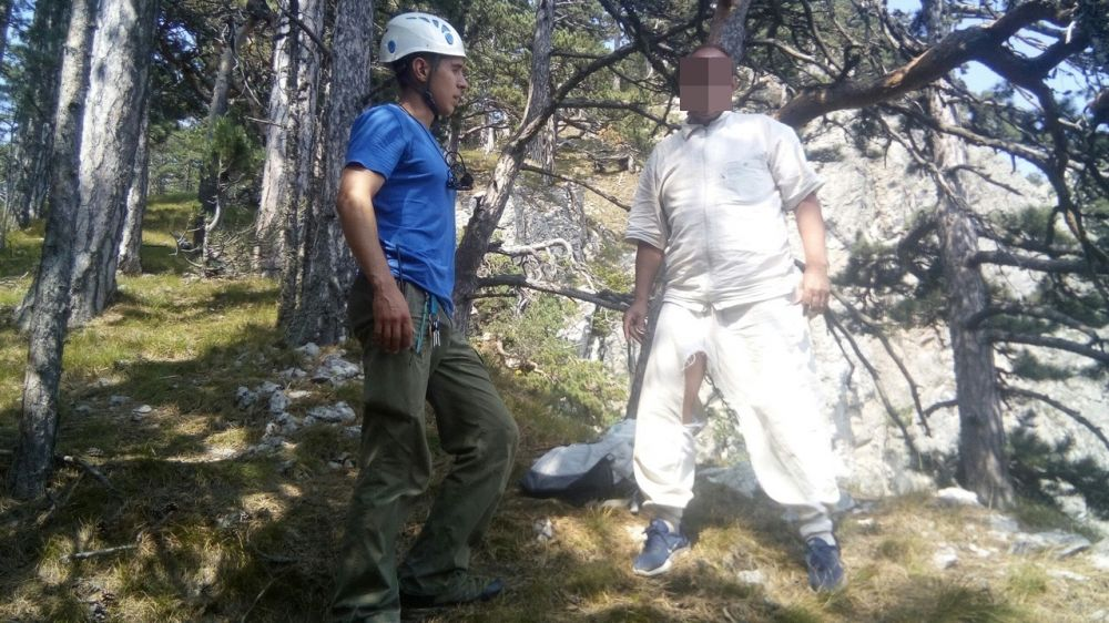 Спасатели Алуштинского АСО «КРЫМ-СПАС» эвакуировали пострадавшего с горы Хабан-Кыр