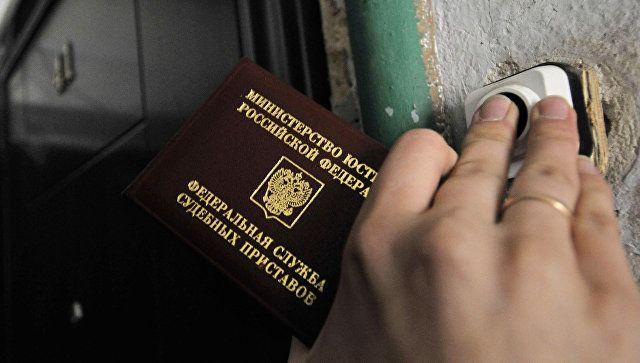 Долг не отпускает: приставы запретили выезд за границу 25 тысячам крымчан