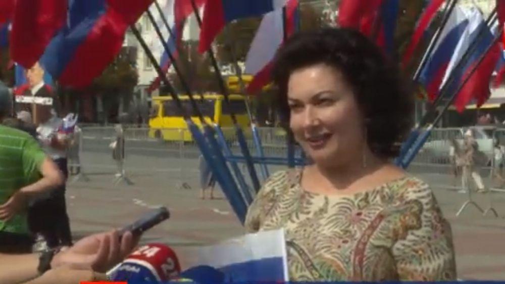 Арина Новосельская приняла участие в праздновании в столице Крыма Дня Государственного флага Российской Федерации