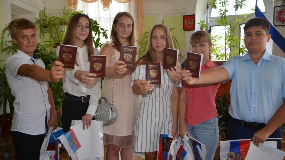 В отделах ЗАГС Крыма состоялись торжественные мероприятия по вручению первых паспортов, свидетельств о рождении и о браке