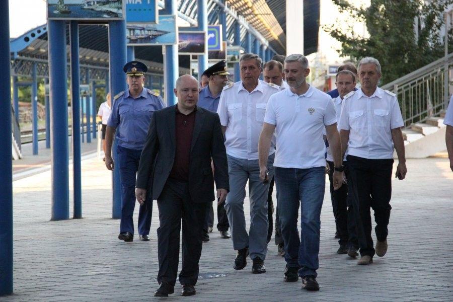 Готовность ж/д вокзала Севастополя к приему поездов с материка оценил министр транспорта РФ