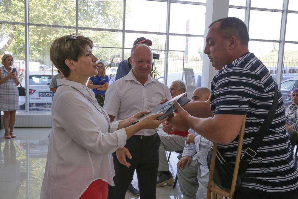 Шестерым крымчанам-пострадавшим на производстве выдали новые автомобили