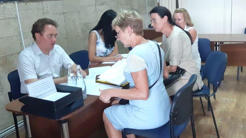 Константин Титков проконсультировал жителей Алушты и Судака по вопросам учетно-регистрационной сферы