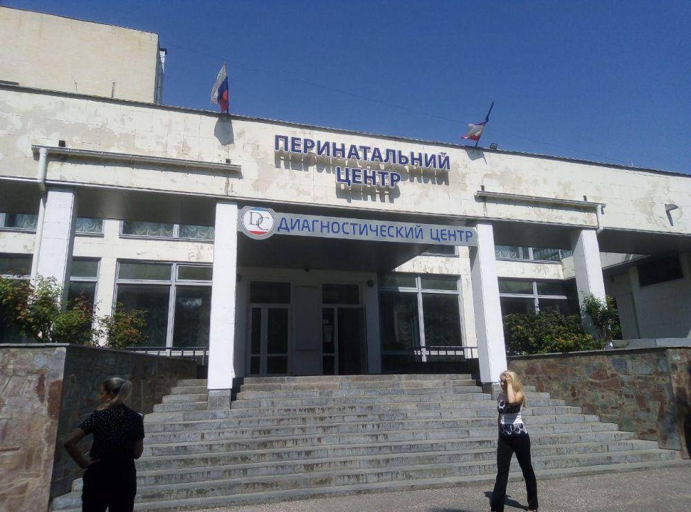 Константинов обсудил с сотрудниками перинатального центра в Симферополе успехи и проблемы учреждения