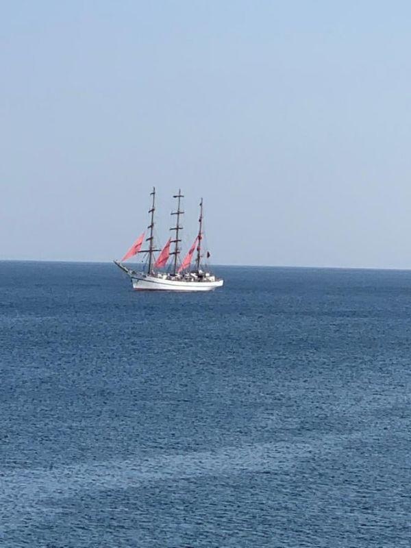 Бриг «Тавриды-АРТ» с алыми парусами прибыл в Феодосию