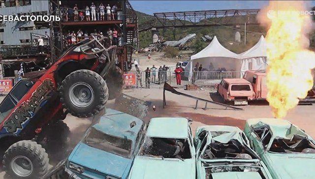 Скрежет стали и рев моторов: под Севастополем монстр-траки давили машины