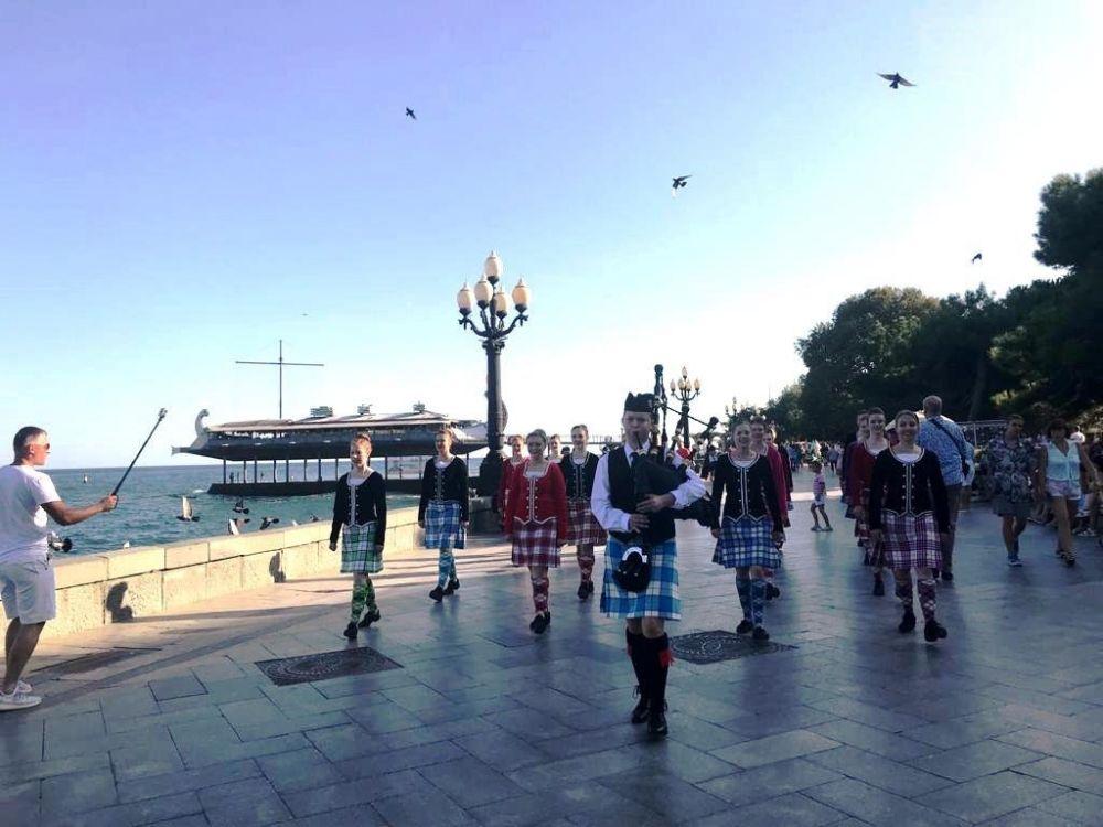 В Ялте на набережной выступили австралийские танцоры и итальянские флагоносцы