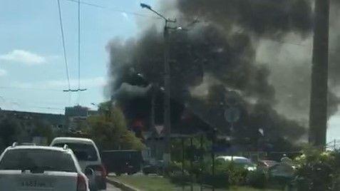 В Севастополе горит автомобильный супермаркет