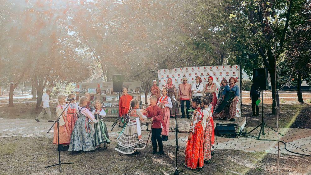 Симферопольцы водили хороводы и пели песни на фестивале «КрымБукФест»
