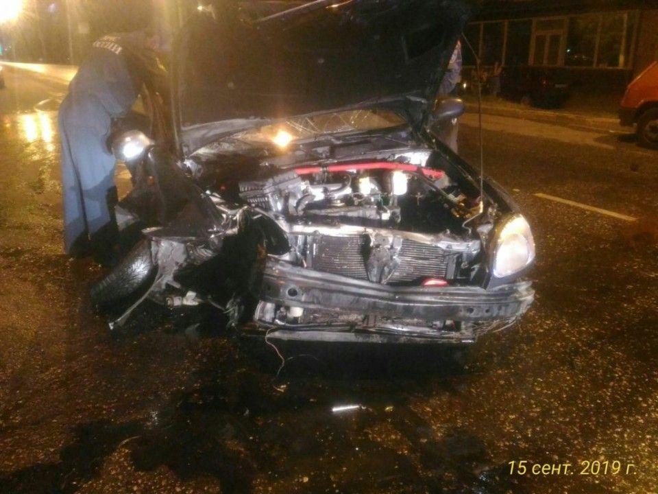 В Севастополе легковой автомобиль влетел в припаркованный эвакуатор