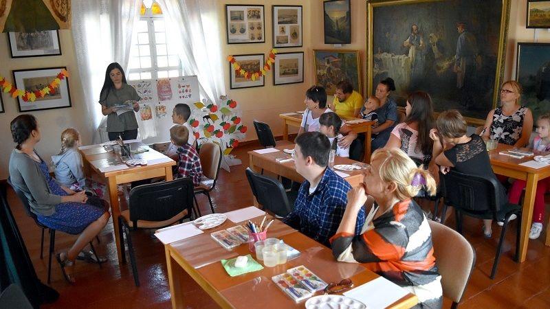 В Художественном музее Бахчисарая состоялся мастер-класс по акватипии