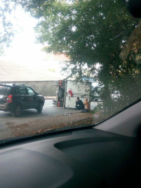 В Симферополе на дороге перевернулся грузовик, перегородив проезд