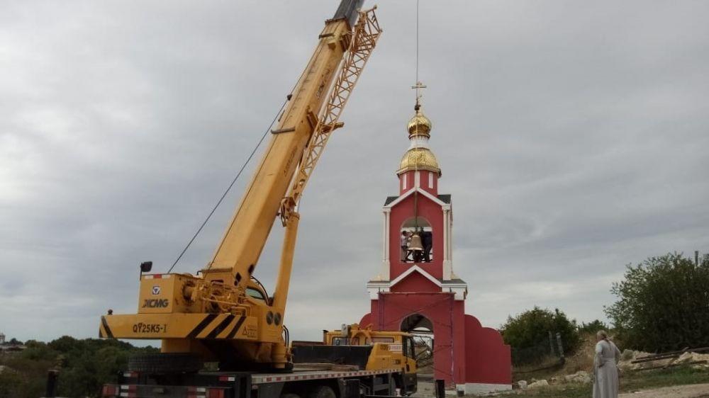 На звоннице Храма святых воинов началась установка колоколов