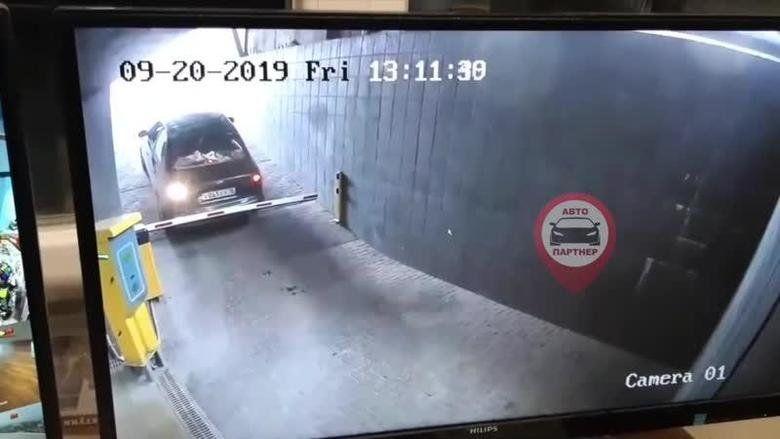 В Симферополе автомобилист сломал шлагбаум, выезжая с парковки торгового центра
