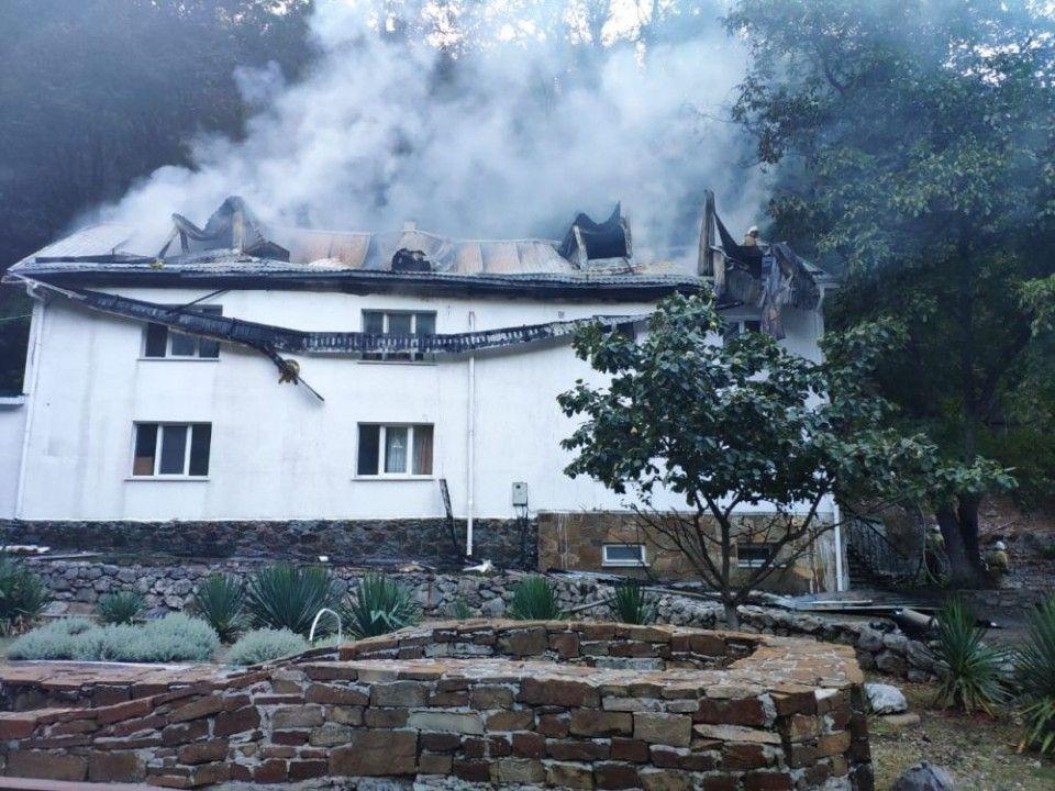 Больше трех часов пожарные тушили старинный монастырь в Алуште
