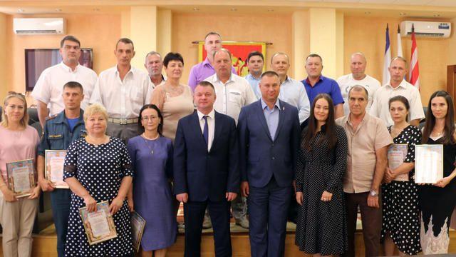 Глава администрации г. Керчи Сергей БОРОЗДИН наградил керчан за успехи в работе