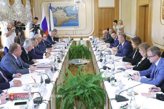 Крымские парламентарии встретились с делегацией общественных деятелей из США и стран-членов Европейского Союза
