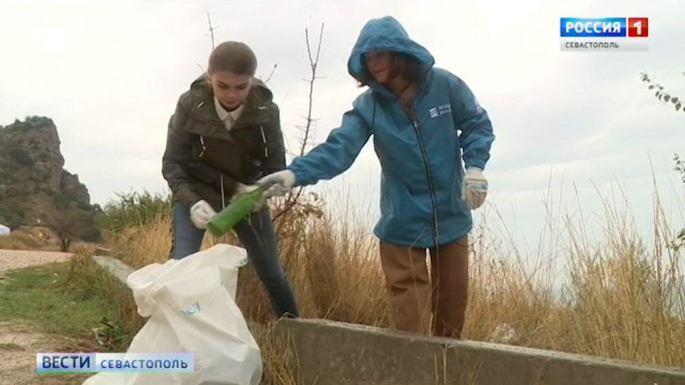Актриса Наталья Медведева приняла участие в уборке побережья Севастополя