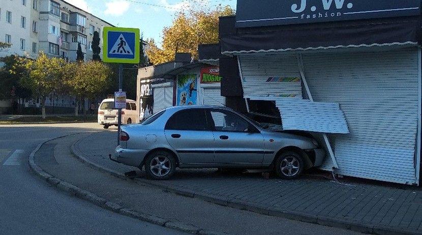 В Севастополе девушка уснула за рулем и въехала в торговый павильон