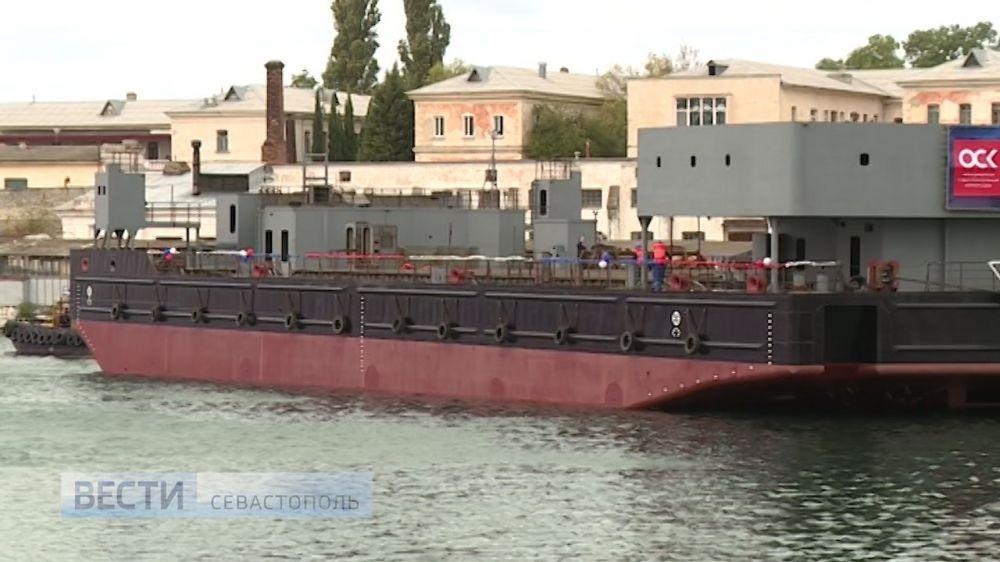 На Севморзаводе спустили на воду понтон нового плавкрана