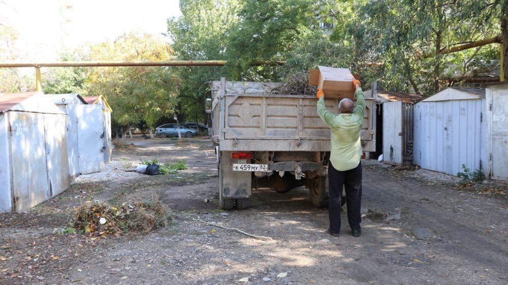 Неравнодушные жители г.Феодосии провели субботник в своем дворе