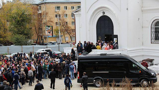 Проститься с убитой девочкой в Саратове пришли сотни человек