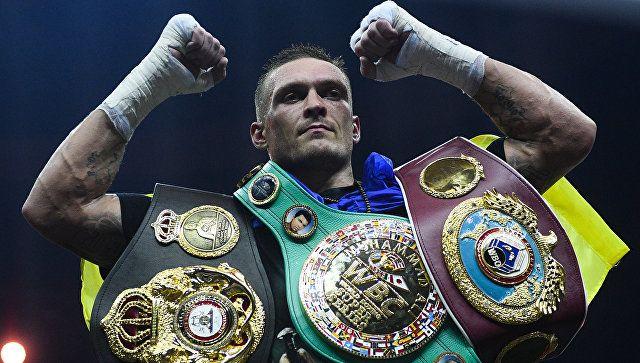 Боксер Александр Усик победил в дебютном бою в супертяжелом весе