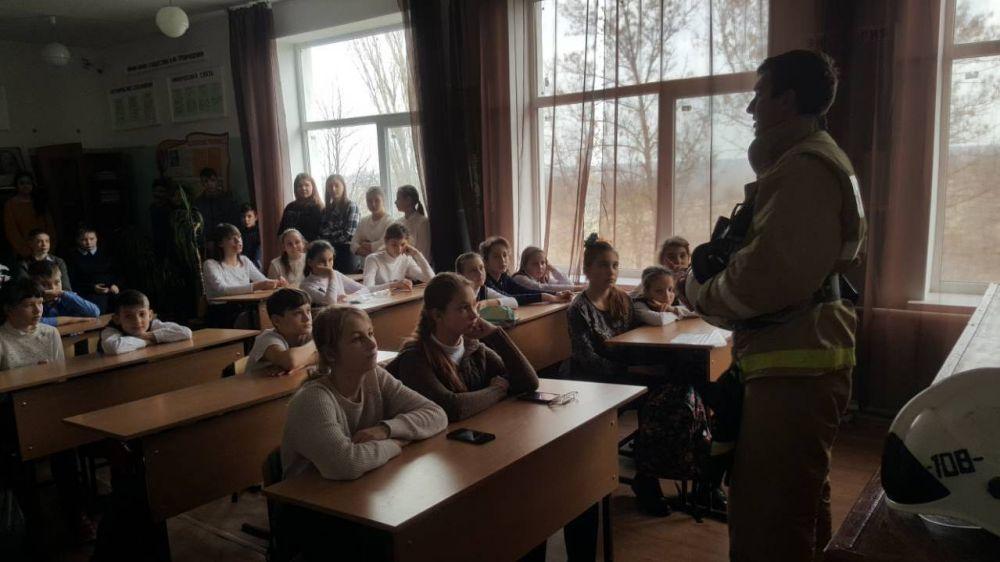 Сотрудники ГКУ РК «Пожарная Охрана Республики Крым» рассказывают школьникам о мерах безопасности в случае чрезвычайной ситуации