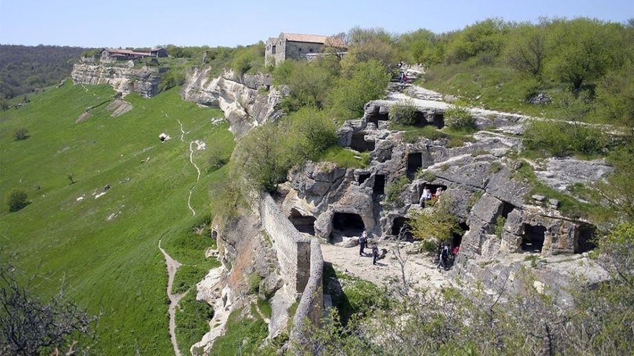 Крымские спасатели провели операцию в горах по поиску и спасению 2 человек