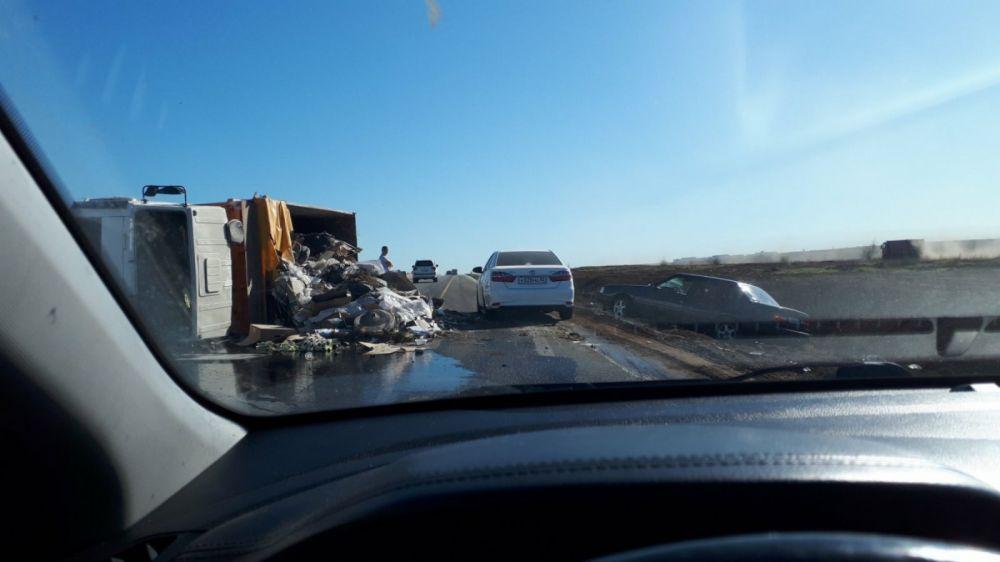 Под Симферополем на дороге перевернулся грузовик с мусором