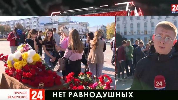 Керченская трагедия: к мемориалу в Симферополе приносят цветы и игрушки