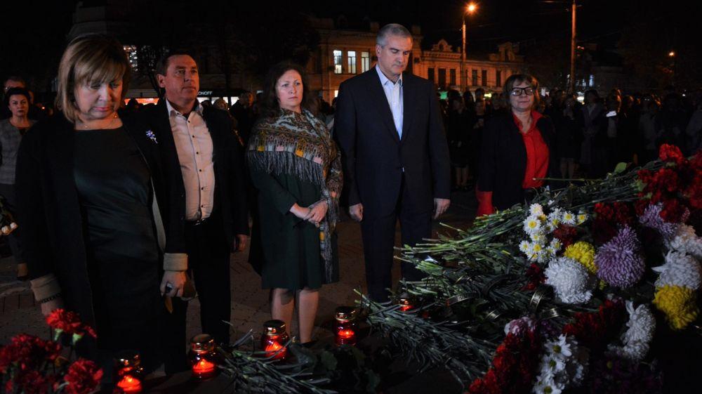Сергей Аксёнов почтил память жертв трагедии в Керченском политехническом колледже